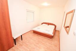Спальня 2. Боко-Которская бухта, Черногория, Прчань : Апартамент 100 метров до моря, с большой гостиной, двумя отдельными спальням и двумя ванными комнатами, с большим балконом, для 4-5 человек