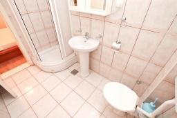 Ванная комната 2. Боко-Которская бухта, Черногория, Прчань : Апартамент 100 метров до моря, с большой гостиной, двумя отдельными спальням и двумя ванными комнатами, с большим балконом, для 4-5 человек