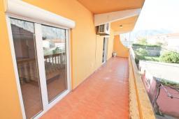 Балкон. Боко-Которская бухта, Черногория, Прчань : Апартамент 100 метров до моря, с большой гостиной, двумя отдельными спальням и двумя ванными комнатами, с большим балконом, для 4-5 человек