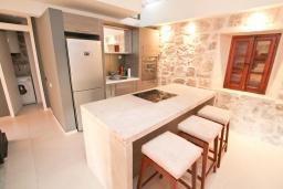 Кухня. Боко-Которская бухта, Черногория, Пераст : Каменная вилла с бассейном и террасой с шикарным видом на залив, с просторной гостиной, тремя отдельными спальнями и двумя ванными комнатами.
