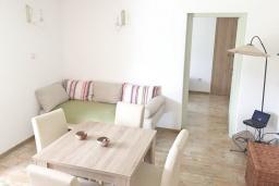Гостиная. Боко-Которская бухта, Черногория, Столив : Этаж дома в Которе (Столив), с 2-мя отдельными спальнями, с большой гостиной, с зеленым двориком, с террасой, стиральная машина, Wi-Fi, несколько парковочных мест, 100 метров до пляжа.