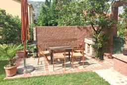 Терраса. Боко-Которская бухта, Черногория, Столив : Этаж дома в Которе (Столив), с 2-мя отдельными спальнями, с большой гостиной, с зеленым двориком, с террасой, стиральная машина, Wi-Fi, несколько парковочных мест, 100 метров до пляжа.
