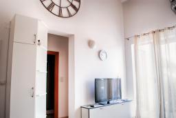 Гостиная. Будванская ривьера, Черногория, Петровац : Современный апартамент с отдельной спальней, с балконом с видом на море
