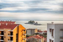 Вид на море. Будванская ривьера, Черногория, Петровац : Современный апартамент с отдельной спальней, с балконом с видом на море