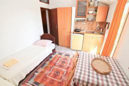 Спальня. Будванская ривьера, Черногория, Петровац : Апартамент в 30 метрах от пляжа, с двумя отдельными спальнями