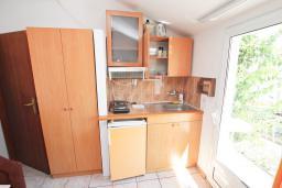 Кухня. Будванская ривьера, Черногория, Петровац : Апартамент в 30 метрах от пляжа, с двумя отдельными спальнями