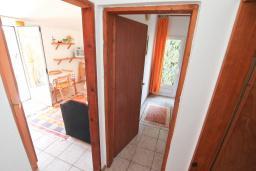 Коридор. Будванская ривьера, Черногория, Петровац : Апартамент в 30 метрах от пляжа, с двумя отдельными спальнями
