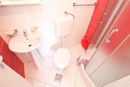 Ванная комната. Будванская ривьера, Черногория, Петровац : Двухместный номер в 30 метрах от пляжа