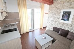 Студия (гостиная+кухня). Рафаиловичи, Черногория, Рафаиловичи : Студия с балконом и частичным видом на море