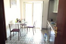Кухня. Бечичи, Черногория, Бечичи : Апартамент с гостиной и отдельной спальней