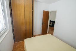 Спальня. Будванская ривьера, Черногория, Будва : Апартамент с гостиной и тремя отдельными спальнями