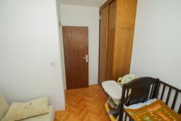 Спальня 2. Будванская ривьера, Черногория, Будва : Апартамент с гостиной и тремя отдельными спальнями