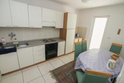 Кухня. Будванская ривьера, Черногория, Будва : Апартамент с гостиной и тремя отдельными спальнями