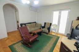 Гостиная. Будванская ривьера, Черногория, Будва : Апартамент с гостиной и тремя отдельными спальнями