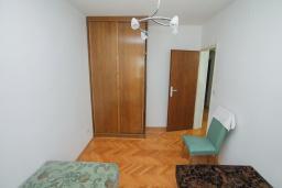 Спальня 3. Будванская ривьера, Черногория, Будва : Апартамент с гостиной и тремя отдельными спальнями