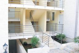 Вход. Бечичи, Черногория, Бечичи : Современный апартамент с отдельной спальней, с балконом