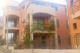 Фасад дома. Бечичи, Черногория, Бечичи : Современный апартамент с отдельной спальней, с балконом