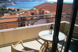 Балкон. Будванская ривьера, Черногория, Бечичи : Современный апартамент с отдельной спальней и балконом с видом на море
