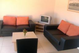 Гостиная. Бечичи, Черногория, Бечичи : Современный апартамент с отдельной спальней и балконом с видом на море