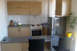 Кухня. Будванская ривьера, Черногория, Бечичи : Современный апартамент с отдельной спальней и балконом с видом на море