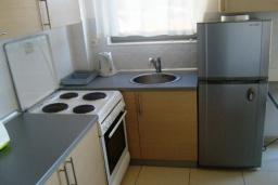 Кухня. Бечичи, Черногория, Бечичи : Современный апартамент с отдельной спальней и балконом с видом на море