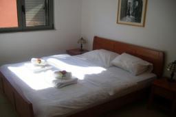 Спальня. Бечичи, Черногория, Бечичи : Современный апартамент с отдельной спальней и балконом с видом на море