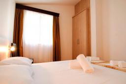 Спальня. Будванская ривьера, Черногория, Петровац : Апартаменты на 3-5 персоны, с отдельной спальней, с балконом