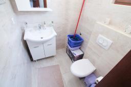 Туалет. Будванская ривьера, Черногория, Петровац : Вилла с бассейном и шикарным видом на море, с двумя гостиными, двумя спальнями, тремя ванными комнатами, местом для парковки и зеленой территорией.