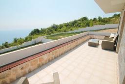 Балкон. Будванская ривьера, Черногория, Петровац : Вилла с бассейном и шикарным видом на море, с двумя гостиными, двумя спальнями, тремя ванными комнатами, местом для парковки и зеленой территорией.