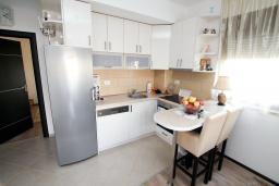 Кухня. Будванская ривьера, Черногория, Будва : Апартамент в 100 метрах от моря, с гостиной, отдельной спальней и террасой