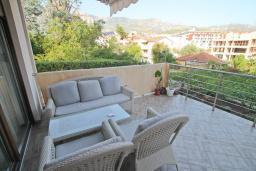 Терраса. Будванская ривьера, Черногория, Будва : Апартамент в 100 метрах от моря, с гостиной, отдельной спальней и террасой