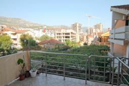 Вид. Будванская ривьера, Черногория, Будва : Апартамент в 100 метрах от моря, с гостиной, отдельной спальней и террасой