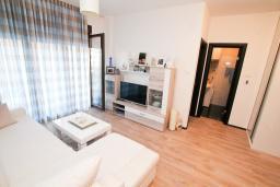 Гостиная. Будванская ривьера, Черногория, Будва : Апартамент в 100 метрах от моря, с гостиной, отдельной спальней и террасой