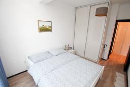 Спальня. Будванская ривьера, Черногория, Будва : Апартамент в 100 метрах от моря, с гостиной, отдельной спальней и террасой