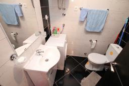 Ванная комната. Будванская ривьера, Черногория, Будва : Апартамент в 100 метрах от моря, с гостиной, отдельной спальней и террасой