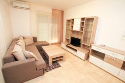 Гостиная. Будванская ривьера, Черногория, Бечичи : Апартамент в 100 метрах от пляжа, с гостиной и отдельной спальней.