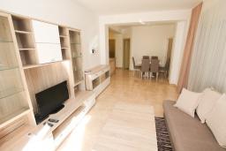 Гостиная. Бечичи, Черногория, Бечичи : Апартамент в 100 метрах от пляжа, с гостиной и отдельной спальней.