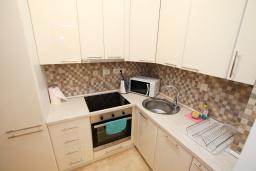 Кухня. Будванская ривьера, Черногория, Бечичи : Апартамент в 100 метрах от пляжа, с гостиной и отдельной спальней.