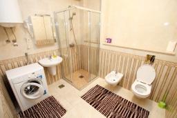 Ванная комната. Бечичи, Черногория, Бечичи : Апартамент в 100 метрах от пляжа, с гостиной и отдельной спальней.