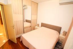 Спальня. Будванская ривьера, Черногория, Бечичи : Апартамент в 100 метрах от пляжа, с гостиной и отдельной спальней.