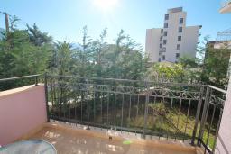 Балкон. Бечичи, Черногория, Бечичи : Апартамент в 100 метрах от пляжа, с гостиной и отдельной спальней.