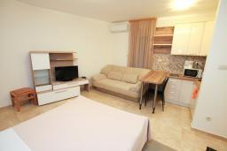 Студия (гостиная+кухня). Будванская ривьера, Черногория, Бечичи : Уютная студия в 100 метрах от пляжа.