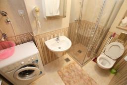 Ванная комната. Бечичи, Черногория, Бечичи : Уютная студия в 100 метрах от пляжа.