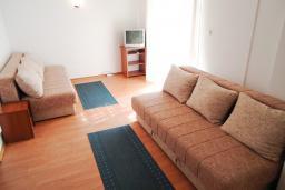 Гостиная. Рафаиловичи, Черногория, Рафаиловичи : Апартамент в 50 метрах от моря, с гостиной и отдельной спальней.