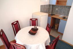 Кухня. Рафаиловичи, Черногория, Рафаиловичи : Апартамент в 50 метрах от моря, с гостиной и отдельной спальней.