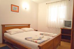 Спальня. Рафаиловичи, Черногория, Рафаиловичи : Апартамент в 50 метрах от моря, с гостиной и отдельной спальней.