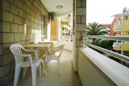 Балкон. Рафаиловичи, Черногория, Рафаиловичи : Апартамент в 50 метрах от моря, с гостиной и отдельной спальней.