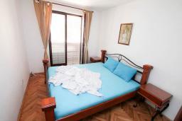Спальня. Будванская ривьера, Черногория, Петровац : Апартамент для 4 человек, с 2-мя отдельными спальнями, 70 метров до моря