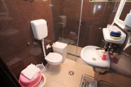 Ванная комната. Будванская ривьера, Черногория, Петровац : Апартамент для 4 человек, с 2-мя отдельными спальнями, 70 метров до моря