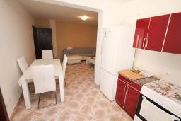 Кухня. Будванская ривьера, Черногория, Петровац : Апартамент для 4 человек, с 2-мя отдельными спальнями, 70 метров до моря